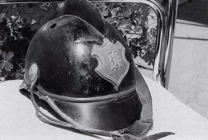Kemeler Feuerwehrhelm 1925, auf der Helmplakette die Buchstaben F und K = Feuerwehr Kemel